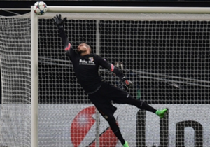 Ein Höhepunkt aus Durchgang eins: Emir Spahic nagelt den Ball an die Latte, Atleticos Keeper Miguel Angel Moya fliegt und hat Glück.