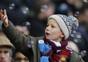 Un giovane tifoso del West Ham e le bolle di sapone, prima della partita contro il Crystal Palace