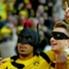 Pierre-Emerick Aubameyang (l.) feiert gemeinsam mit Marco Reus sein Tor im Derby