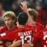 Leverkusens Torschütze Rolfes jubelt mit seinen Kollegen
