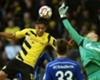 Schalkes Torwart Wellenreuther will die Kugel vor Dortmunds Aubameyang erreichen