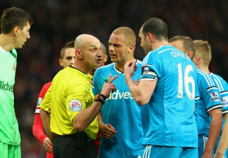 Rooney backs Brown over wrong red card