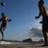 Sea en una cancha o en la arena de la playa, el fútbol representa el alma de los cariocas.