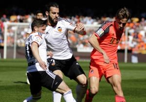 SERGIO CANALES | 2 | Flojísima actuación del cántabro, abucheado por Mestalla en cada acción. Se quedó en el vestuario tras el descanso al aportar poco o nada para su equipo