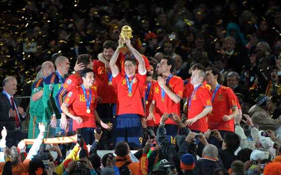 Liverpool's Fernando Torres holds the World Cup trophy aloft after Spain's 1-0 win over the Netherlands (Panoramic)