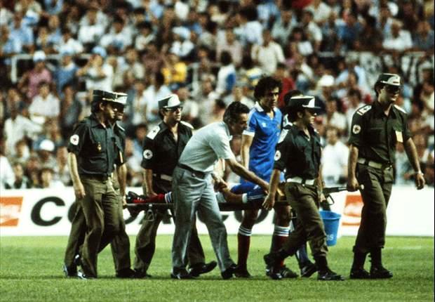 El francés Battiston sale en camilla con conmoción cerebral, en el duelo de 1982.