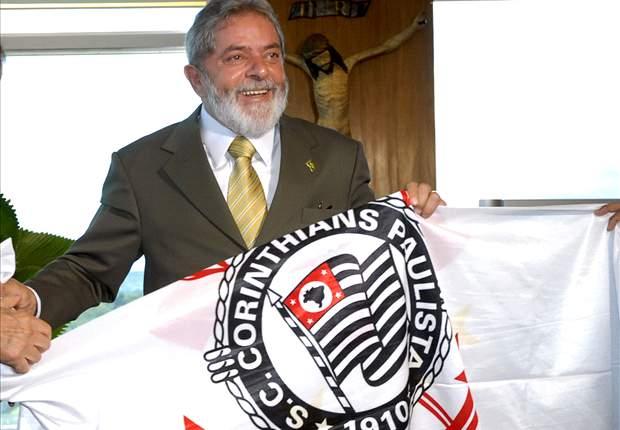 Corinthians regala a Lula una copia de la Copa Libertadores