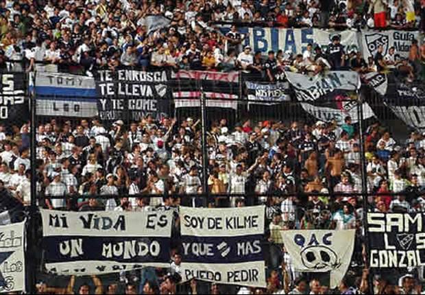 La barrabrava de Quilmes irrumpe en un partido con un ataúd