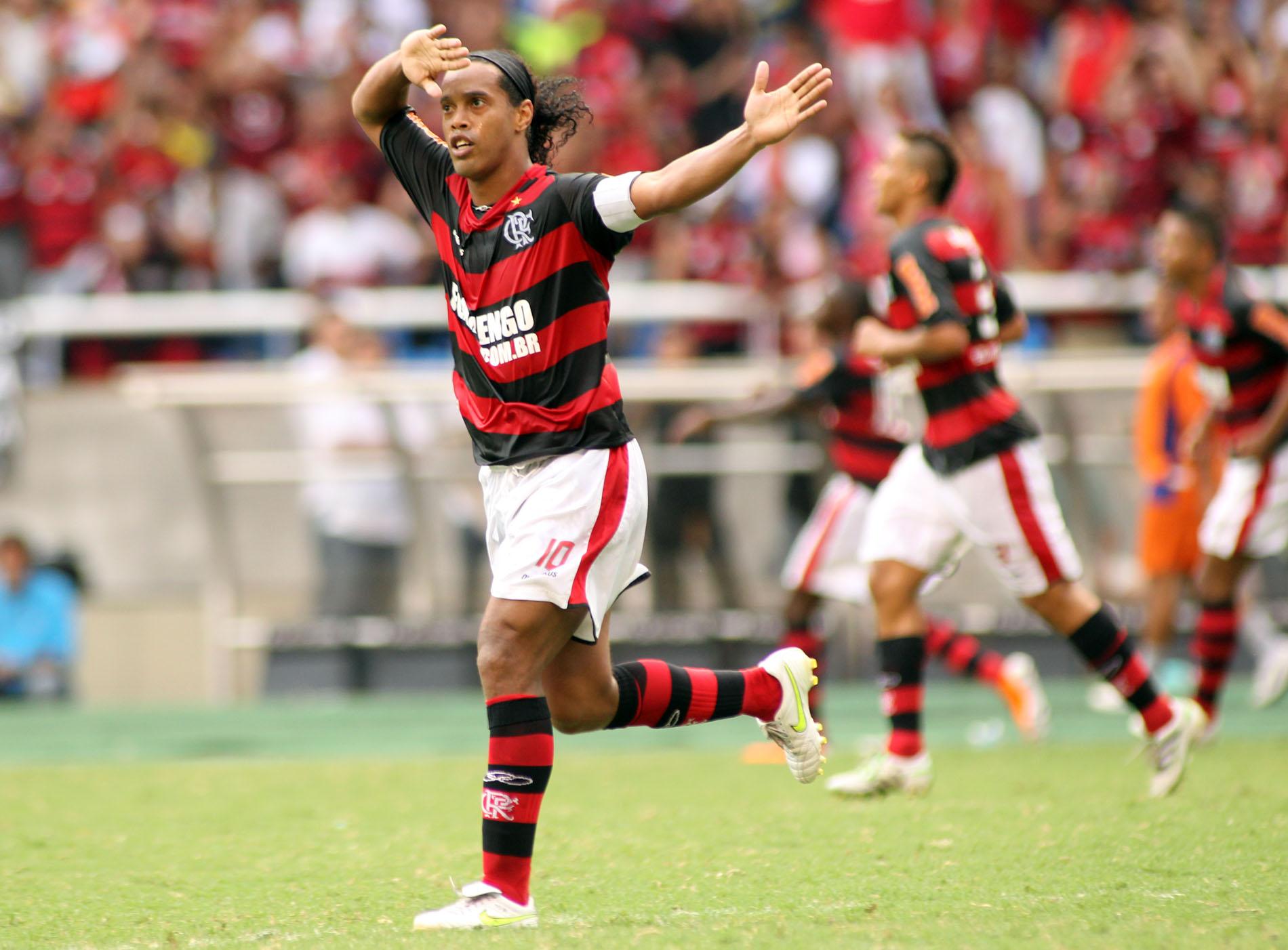 EXCLUSIVO: Ronaldinho Gaúcho também vira opção pra vestir a 10 do Mengão