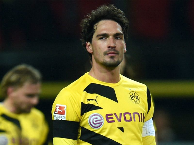 Hummels rejects Manchester United to stay at Borussia Dortmund