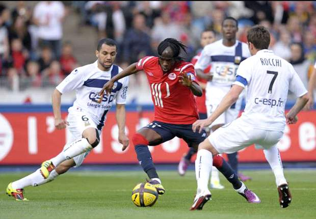 Everton manager David Moyes watches Lille's Gervinho whilst Tottenham remain interested - report