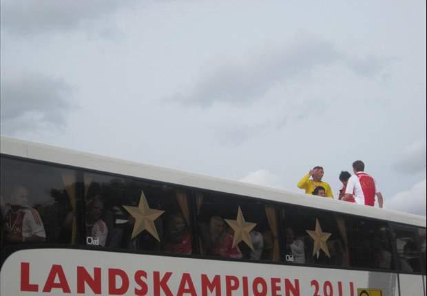 Ajax met twee bussen naar Enschede
