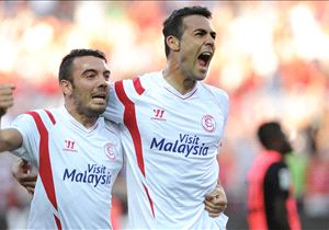 Iago Aspas y Vicente Iborra celebrando un gol con el Sevilla