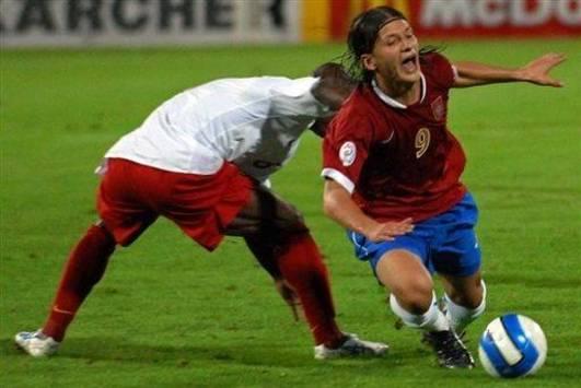 Serbia vs Belgium: Marko Pantelic against Gaby Mudingayi (AFP)