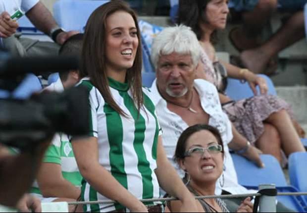 El árbitro Carlos Delgado pierde el silbato durante el Betis-Granada