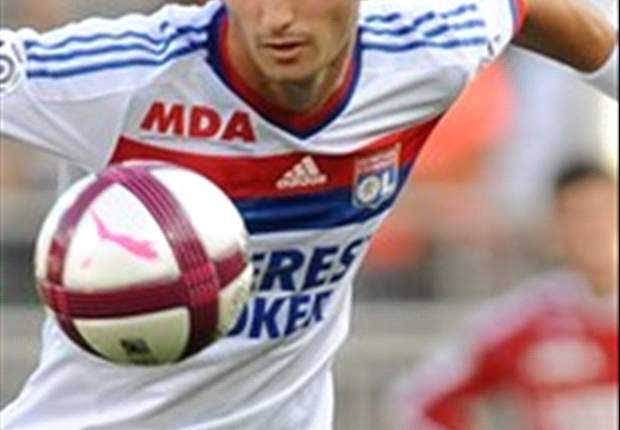 Maxime Gonalons signs 2016 contract extension with Lyon