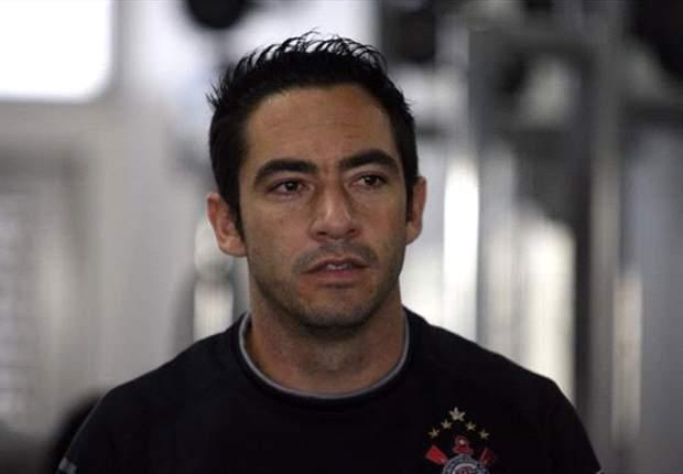 Chicão tranquiliza torcedores após artroscopia
