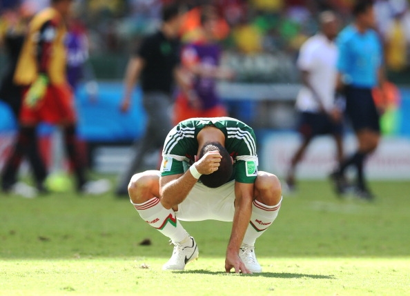 Chicharito leaves Mexico friendly with suspected broken collarbone