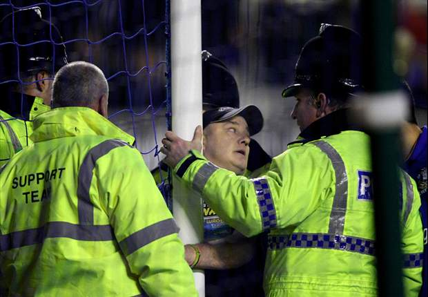 Fan handcuffs himself to goalpost to temporarily delay Everton's clash with Manchester City