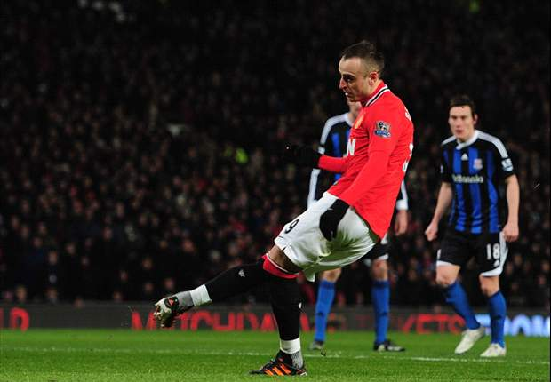 Manchester United 2-0 Stoke City: Chicharito and Berbatov both score penalties as hosts close in on City at top of Premier League