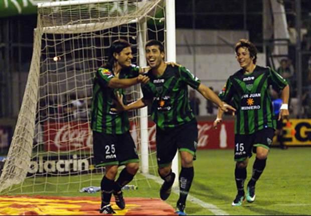 Penco fue el héroe en Córdoba: con sus dos goles el Santo derrotó a Belgrano.