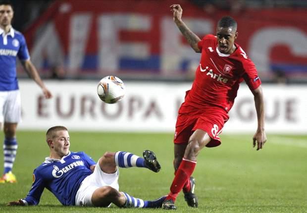 Twente 1-0 Schalke: De Jong penalty gives Tukkers slender advantage over 10-man Germans