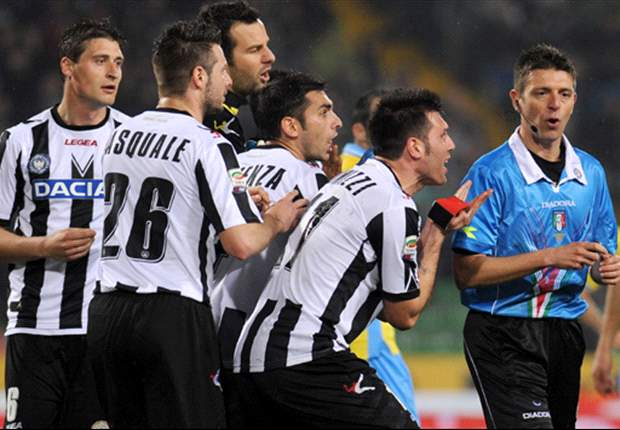 A Udine ora hanno un sospetto: il 'Palazzo' ha interesse a farli fuori dalla Champions a vantaggio di squadre più blasonate! E se l'arbitro Rocchi scambia la maglia con Cavani...