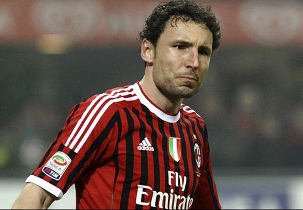 AC Milan reportedly offer Van Bommel one-year extension