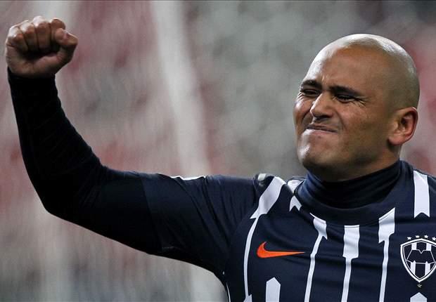 Humberto Suazo, suspendido un partido por echarse clavado ante Toluca