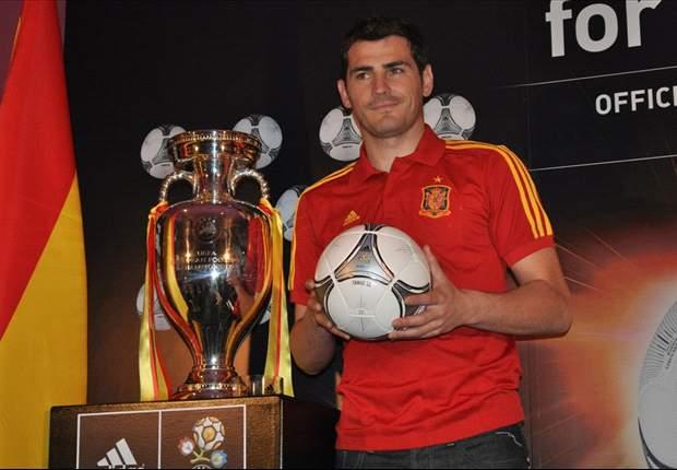 Iker Casillas Perkenalkan Bola Euro 2012