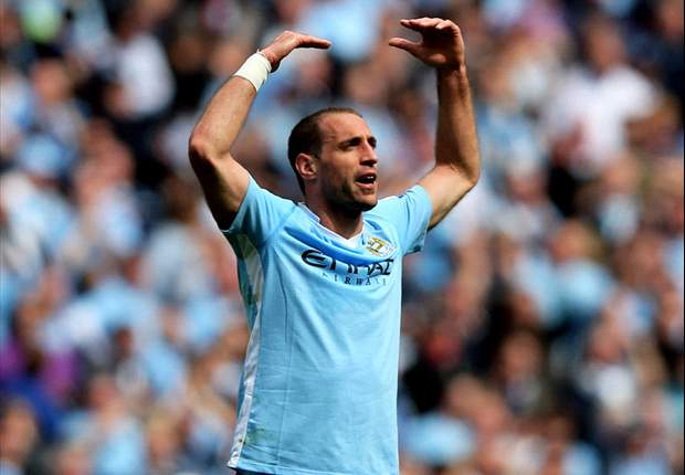 Zabaleta happy with three-man Manchester City defence