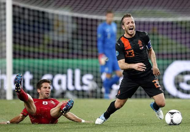 Van der Vaart, Huntelaar & Heitinga face axe if Van Marwijk remains Netherlands coach - report