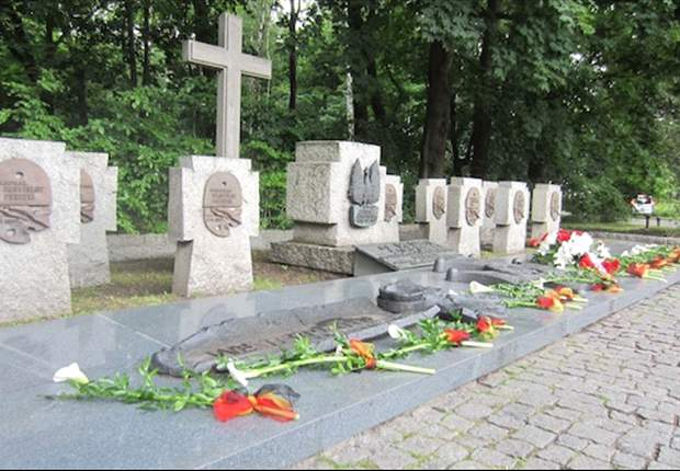 'A reminder of a terrible chapter in our history' - German football president visits Polish World War Two memorial