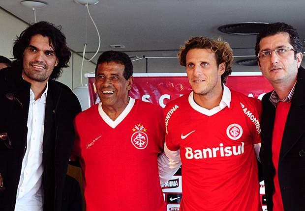 Diego Forlan trifft auf Neymar - wer entscheidet das Duell für sich?