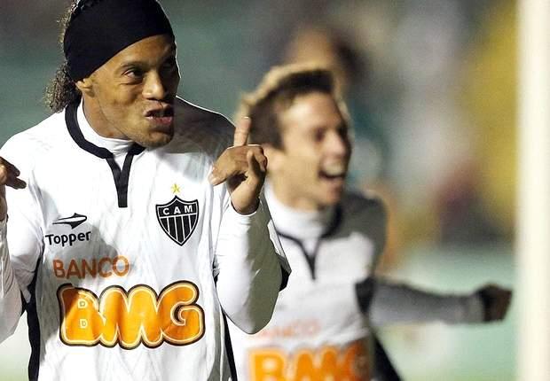 """Jô comemora 'volta' do velho Ronaldinho: """"Grande jogador"""""""