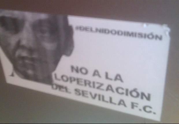 Sevilla expedienta a un aficionado por protestar y pegar una pegatina