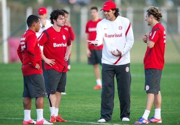 Fernandão se reúne com jogadores e direção antes do treino