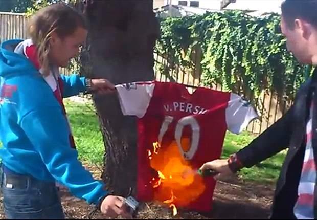 Los hinchas del Arsenal prenden fuego a las camisetas de Robin Van Persie