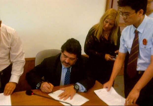 Estafa: falsificaron la firma de Maradona en un contrato chino