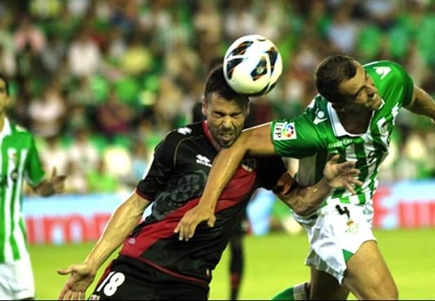 Iván Amaya, como bético, pelea un balón al por entonces rayista Javi Fuego