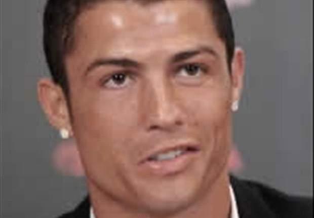 Cristiano Ronaldo, abordado por un niño en el calentamiento en el Sánchez Pizjuán