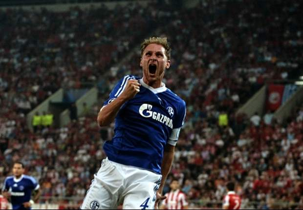 Schalke extend Howedes contract until 2017