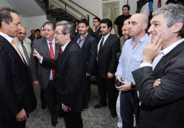 El presidente de Independiente con Scioli, contra los barrabravas