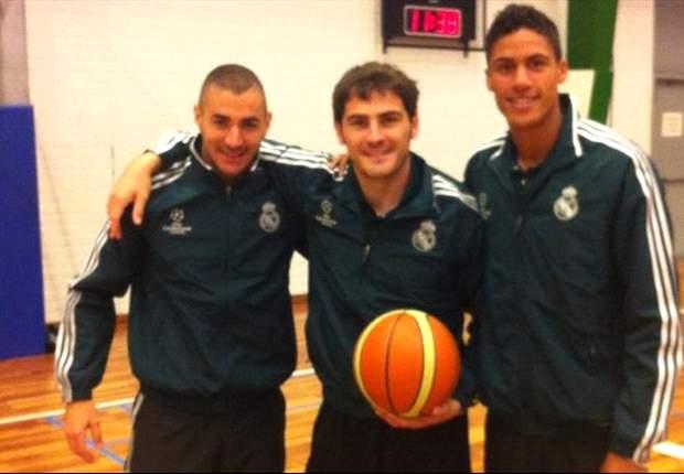 Iker Casillas, Karim Bemzema y Raphael Varane se prueban en el baloncesto