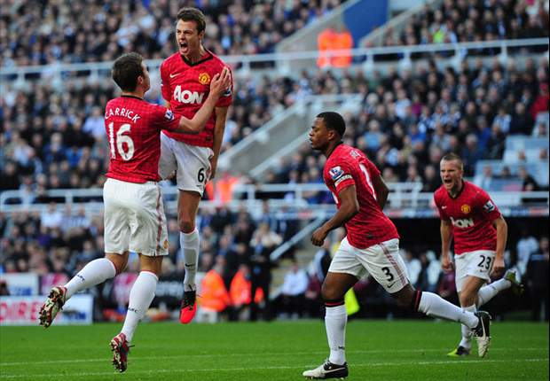 Jonny Evans renews Manchester United contract until 2016
