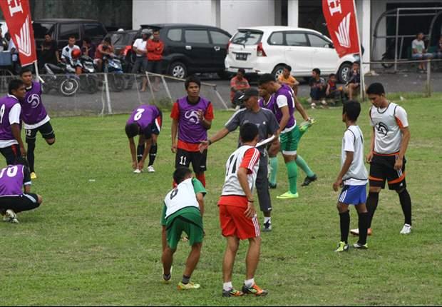 Duo PSMS Latihan Bersamaan Dalam Satu Lapangan