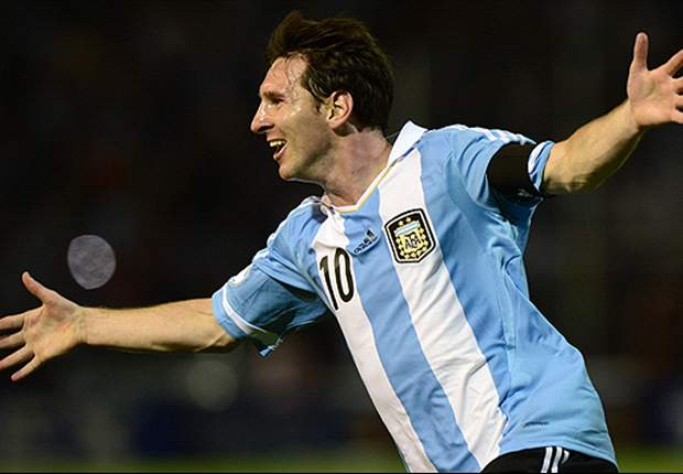 Leo Messi se lleva dos codazos en el Argentina-Uruguay y su agresor sale impune