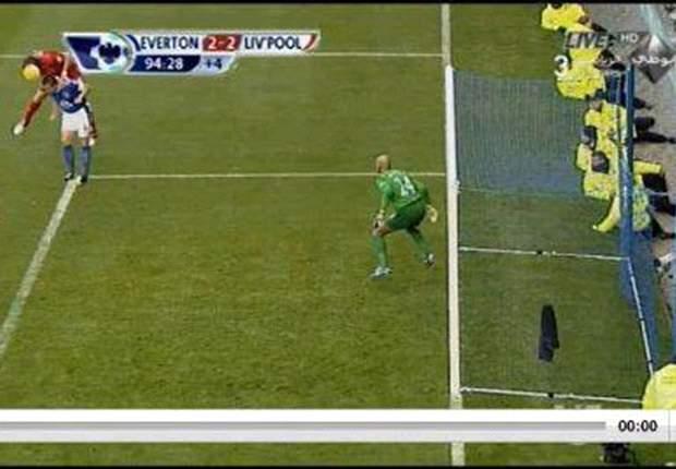 Luis Suárez marca el gol de la victoria para el Liverpool, pero el árbitro lo anula injustamente