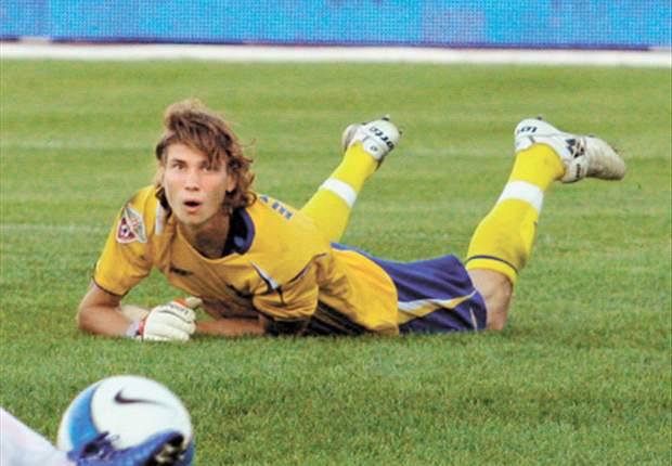 Sinalizador do Zenit atinge goleiro de time rival e partida é suspensa na Rússia