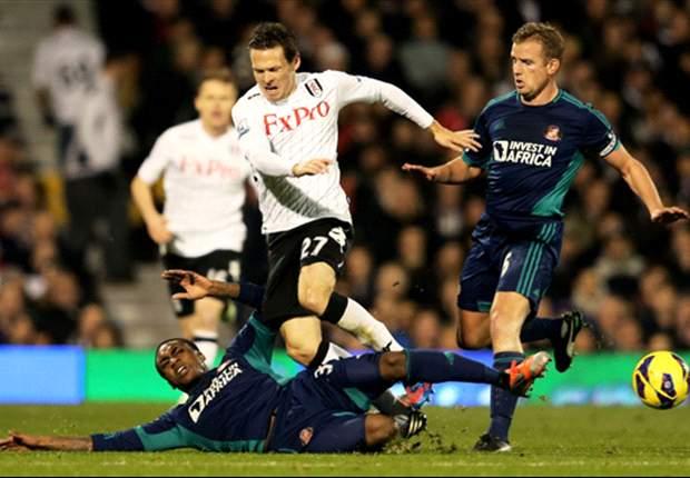 Bleibt auf der Insel: Sascha Riether (M.) verlängerte seinen Vertrag beim FC Fulham